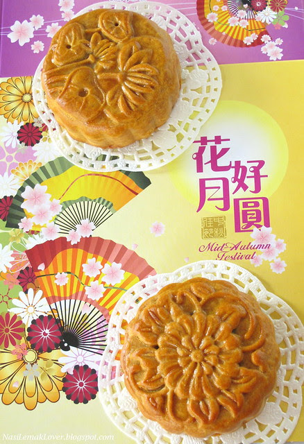 Traditional baked Mooncake 传统莲蓉月饼