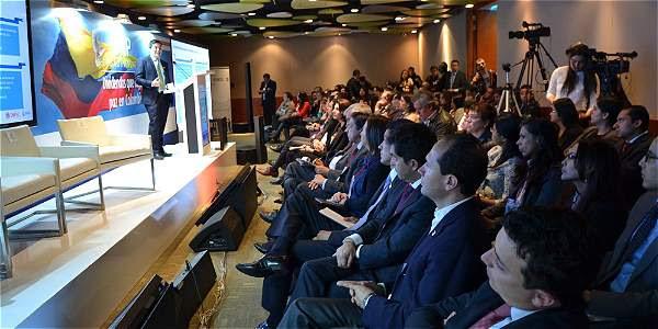 El director de Planeación Nacional, Simón Gaviria, presentó el estudio 'Dividendo económico de la paz' ante de empresarios, partidos políticos, gremios y académicos, entre otros asistentes.