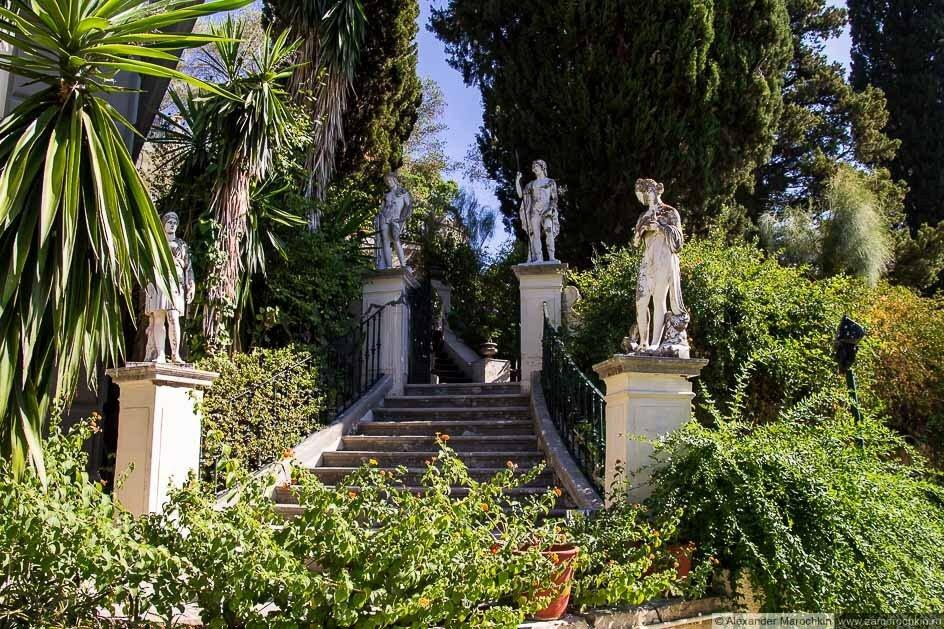 Лестница со статуями в саду дворца Ахиллеон