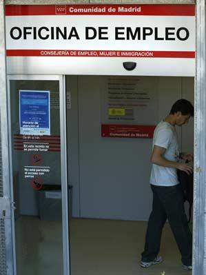 Un joven entra en una oficina de empleo de la Comunidad de Madrid.