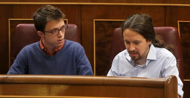 El lider de Podemos, Pablo Iglesias, y el portavoz del grupo, Íñigo Errejón,en sus escaños. /EFE