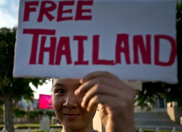 Manifestante antigolpe protesta neste sábado (24) em Bangcoc, capital da Tailândia (Foto: Manan Vatsyayana/AFP)