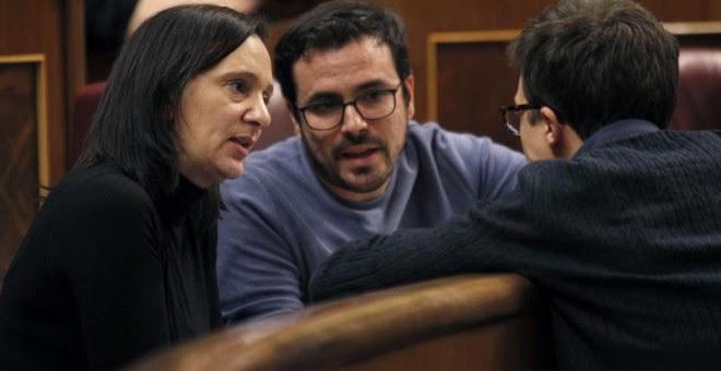 El diputado del grupo Unidos Podemos, Alberto Garzón (c), la diputada Carolina Bescansa (i) conversan con el diputado de Podemos, Íñigo Errejón, durante el pleno del Congreso.- EFE/Javier Lopez