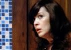 Usando peruca morena, Samantha entrar no hotel de Caíque em