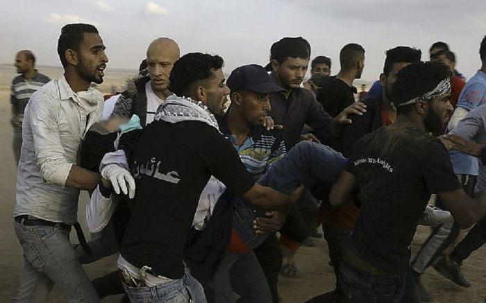 Para pengunjuk rasa Palestina mengevakuasi Razan