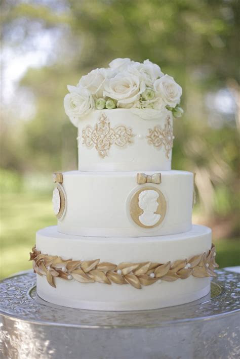 The great thing about this gold detailed cake is that it