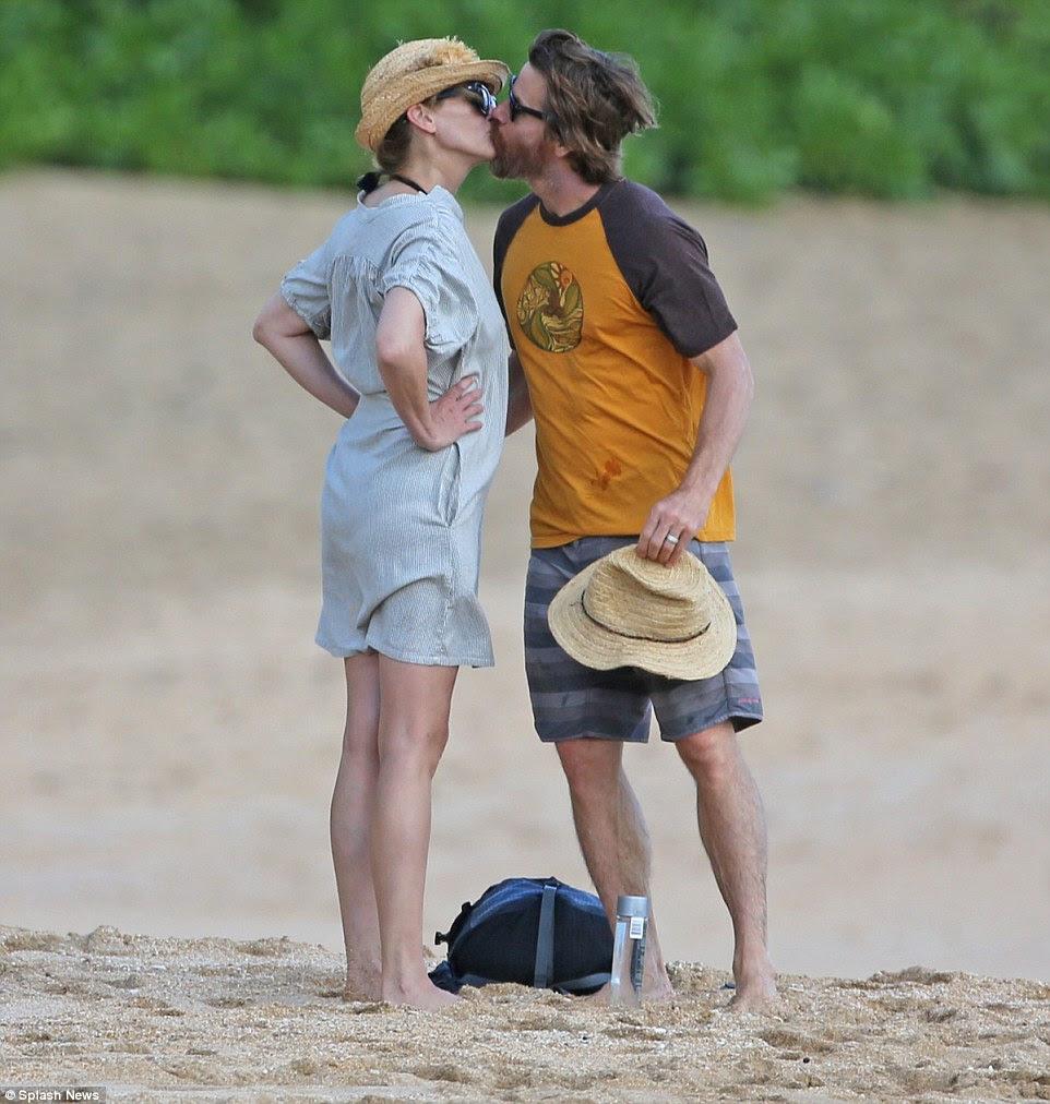 Sweet: Mais tarde, o modelo de capa Vogue vestiu um vestido para encobrir seu corpo enquanto ela andava com Moder, com quem ela trabalha frequentemente com em seus filmes.  Os dois anulou quaisquer rumores de que havia conflitos conjugais por beijar apaixonadamente, enquanto indo para uma caminhada na praia