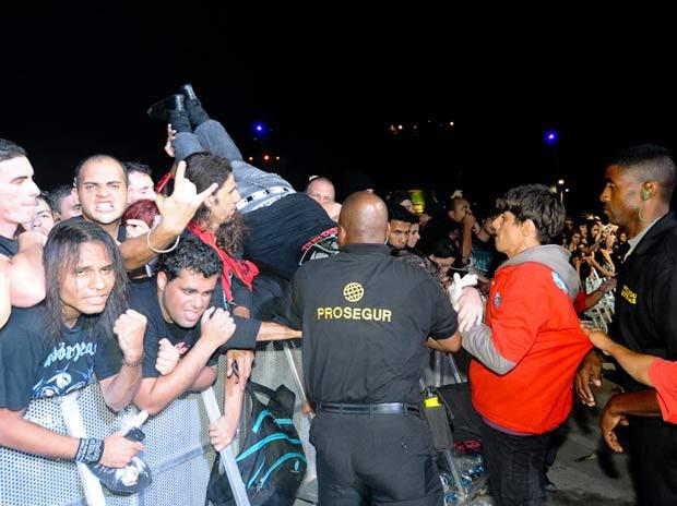 Seguranças socorrem pessoa passando mal durante show de Motörhead (Foto: Flavio Moraes/G1)