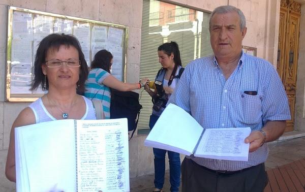 Miembros de las Asociaciones de Vecinos registran las firmas en contra del primer mapa de autobuses.