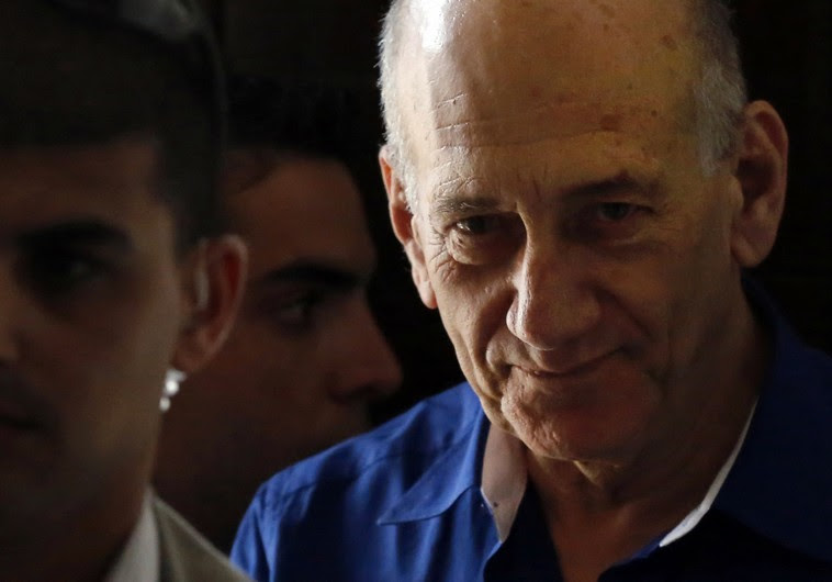 Former Prime Minister Ehud Olmert leaves Tel Aviv District Court, May 13, 2014 (REUTERS)