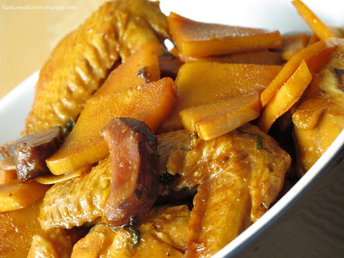 Braised bamboo shoot with chicken wings