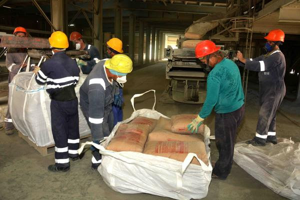 Labores de traslado de cemento por vía ensacado en la Empresa Cementos Cienfuegos S.A., industria que goza de un prestigio nacional e internacional por la calidad de sus productos. Cienfuegos, Cuba, 29 de noviembre de 2017. ACN FOTO/Modesto GUTIÉRREZ CABO