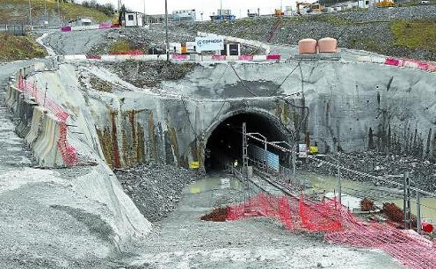 Boca del túnel de Gaintxurizketa, donde se está ampliando el gálibo, sin trabajadores. / LUSA