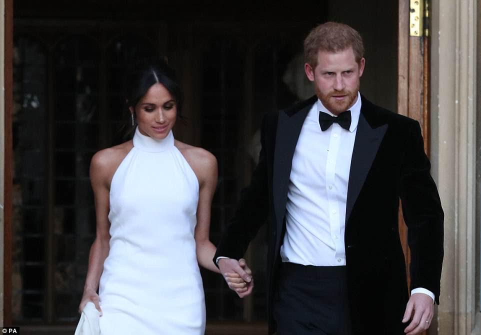 Los recién casados abandonan el Castillo de Windsor después de la boda real de camino a la recepción en la Casa Frogmore.