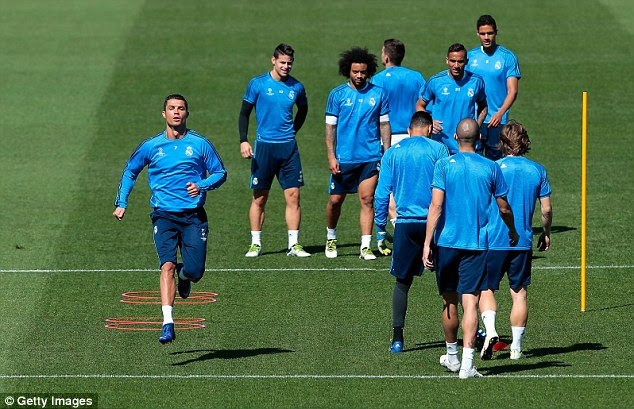 Real Madrid players watch on as Ronaldo trains without any problem after a short spell on the sidelines