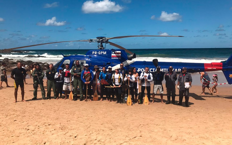 Atletas não ficaram feridos e ainda posaram para foto junto com policiais que realizaram resgate (Foto: Divulgação/SSP-BA)