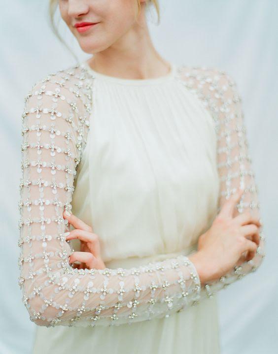 eine moderne Hochzeit Kleid mit verzierten ärmeln hält Sie warm und stilvoll zur gleichen Zeit