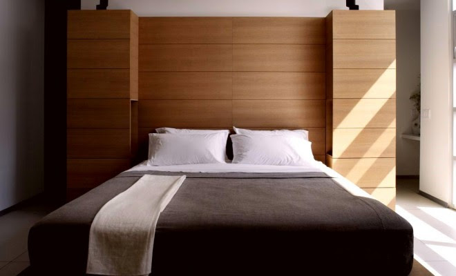 Simple Bedroom Interior Design With Stunning Platfrom Bed In Brown Wood Frame 660x400