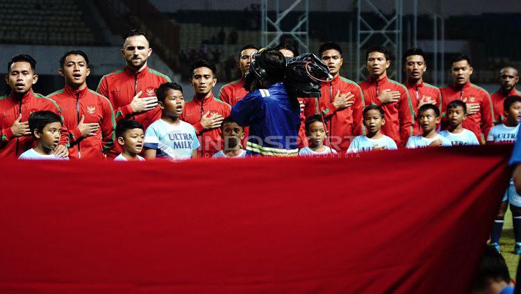 Skuat Timnas Indonesia saat menyanyikan lagu kebangsaan Indonesia Raya. Herry Ibrahim/INDOSPORT Copyright: © Herry Ibrahim/INDOSPORT