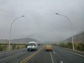 Photo: Tashkurgan po imigraci ihned opouštíme a v doprovodu taxíku (náš průvodce nesmí jet s námi v autě, takže si nesmyslně najímá taxík) míříme do Kashgaru.