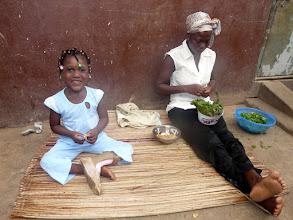 Photo: ou l'épluchage des légumes, chacun occupe ses longues heures, toujours dans la joie...
