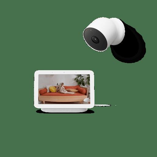 室内の映像が表示されている Google Nest Hub と、Google Nest Cam