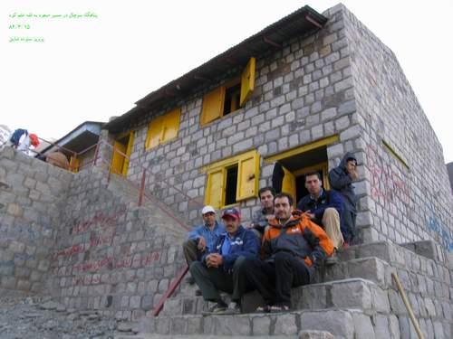 نمایی از پناهگاه سرچال در مسیر علم کوه