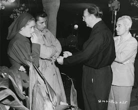 "Photo: O Set de ""Fuga do Passado"" (Out of The Past): Jane Greer, Robert Mitchum, o Diretor Jacques Torneur e o Dir. Fotografia Nicholas Musuraca"