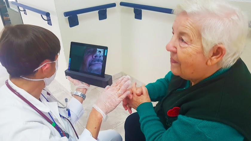 Una mujer se pone en contacto con un familiar a través de una videollamada.