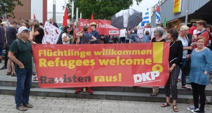 Demo, Transparent: «Flüchtlinge willkommen ... DKP».