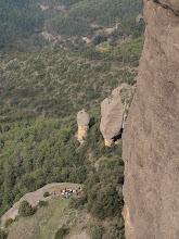 Photo: Un estol d'excursionistes a la Casa del Corb des de l'Agulla