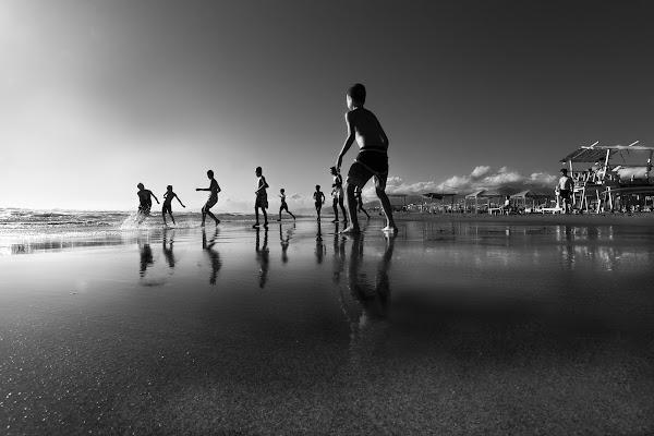 Giocare a palla sulla spiaggia. di Alessi Girlando
