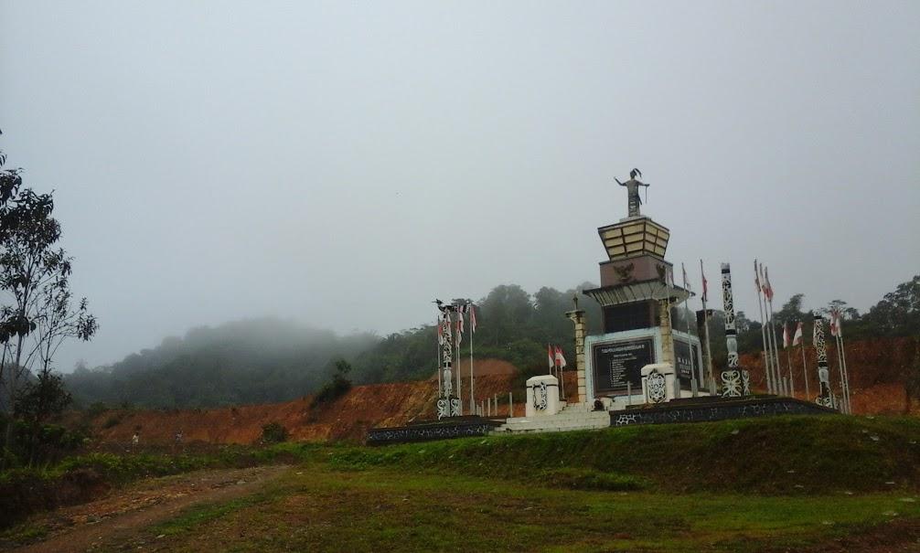 Tugu Perjuangan Kemerdekaan RI di Desa Long Nawang. Di belakang tugu ini dahulunya merupakan tempat pemakaman bangsa Eropa yang mendiami Long Nawang. (Foto: Yudha PS)