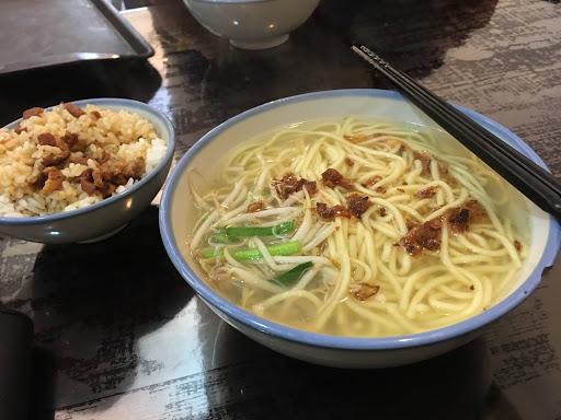 魯肉飯香而不死鹹 湯頭的蔥頭增添風味 這樣才85 在台北少見的便宜又美味!  飯我忍不住先吃了兩口 哈哈!