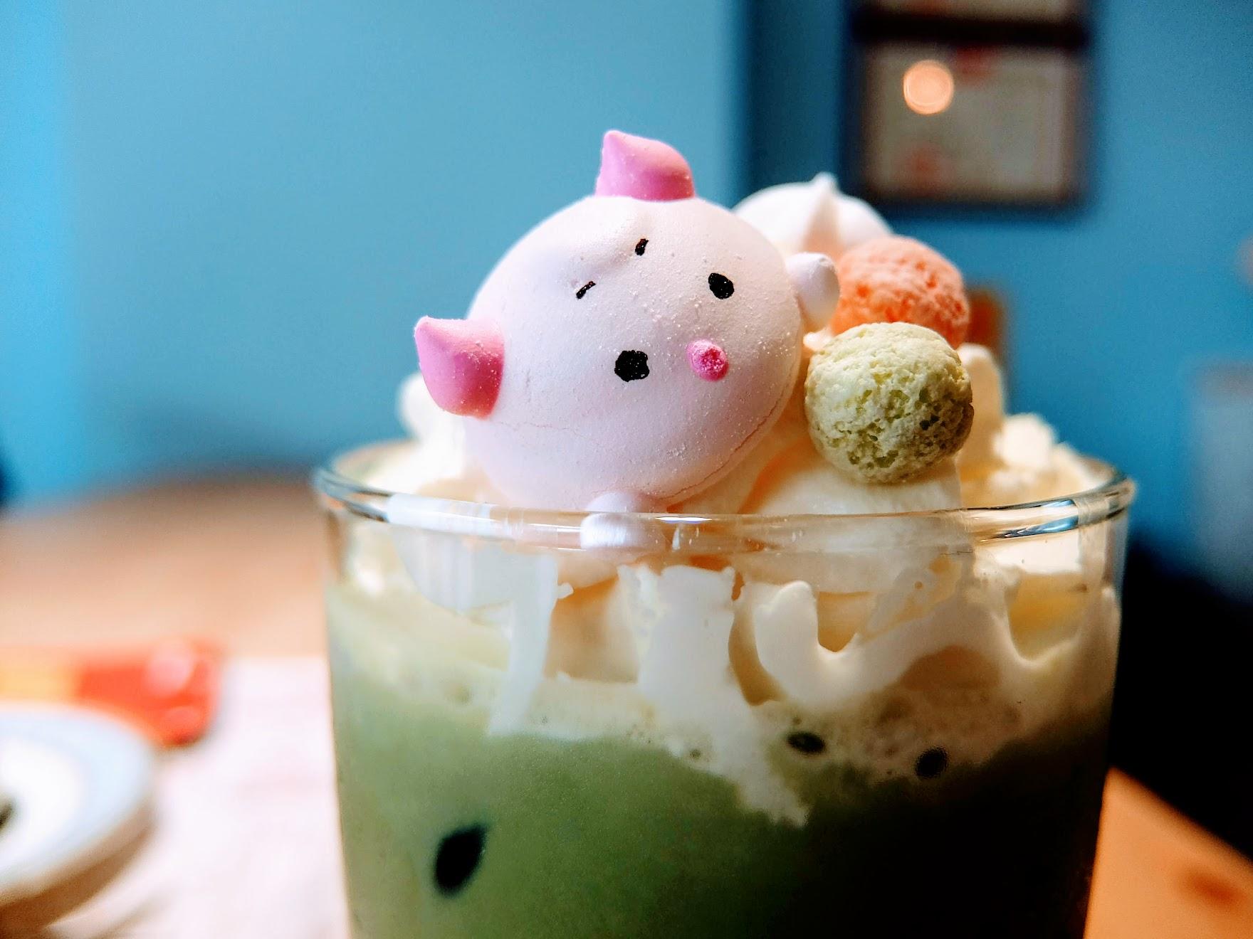 整杯喝起來奶味較重一些,抹茶淡了點,但還不錯喔! 上頭這小豬實在太可愛了...