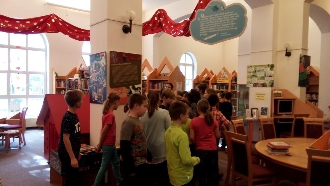 Kodály Zoltán általános iskola tanulói a könyvtárban