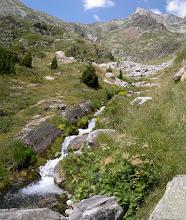 Photo: Encara cal recórrer tota la vall, pujar per la tartera vermella i superar el coll del fons, per arribar al refugi