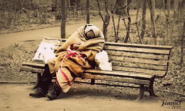 Photo: Obdachlosigkeit in deutschen Städten und Parks.  Homelessness and loneliness in Germany.