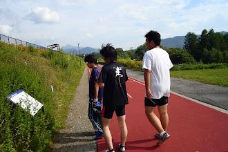 Photo: 斜走路の説明書を読む面々。