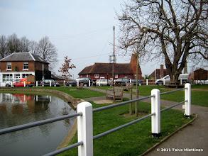 Photo: Biddendenin kylän keskusta. Taustalla perinteinen oast eli oast house.