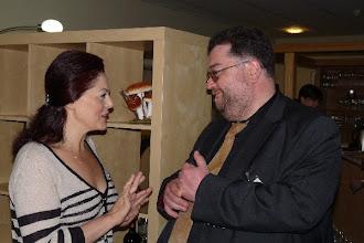 """Photo: Die Delegation des """"Neuen Merker"""" bei der """"Gottlob Frick-Gesellschaft in Ölbronn (2012). Anna Ryan im Gespräch mit Matthias Kieselmann.  Foto: Elisabeth Freitag/Ölbronn"""