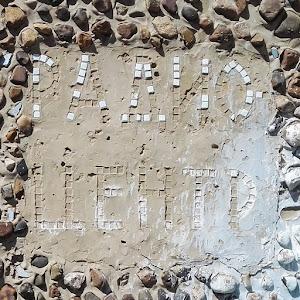 Надпись на разрушенной автобусной остановке Радио центр