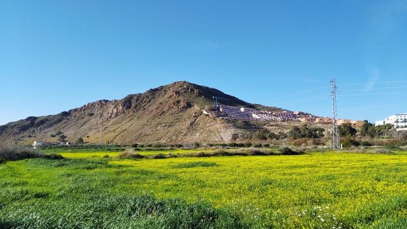 El Cerro del Moro Manco preside la urbanización de Marina de la Torre en Mojácar.