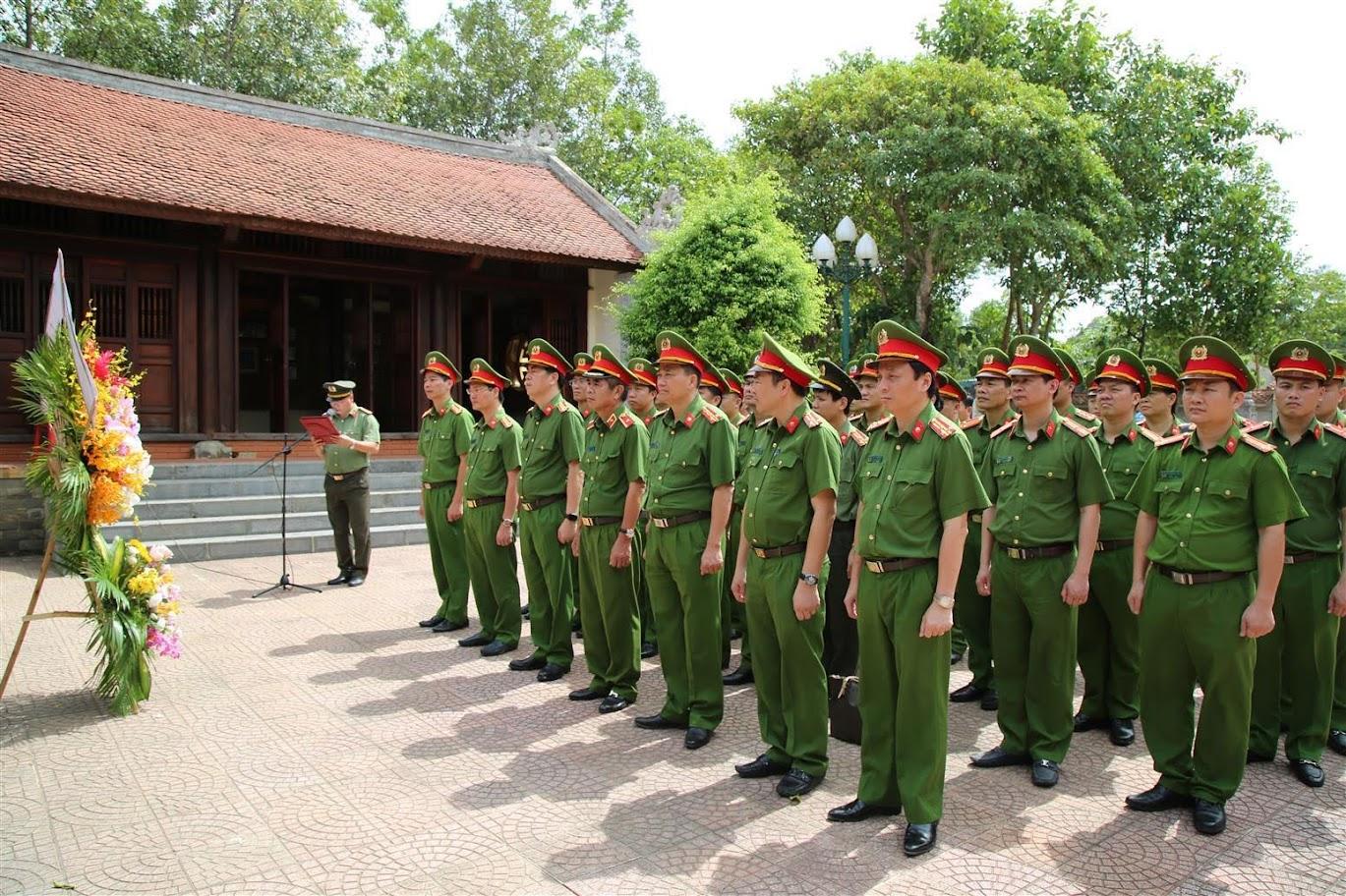 Đoàn công tác dâng lẵng hoa tại Nhà tưởng niệm đồng chí Trần Quốc Hoàn