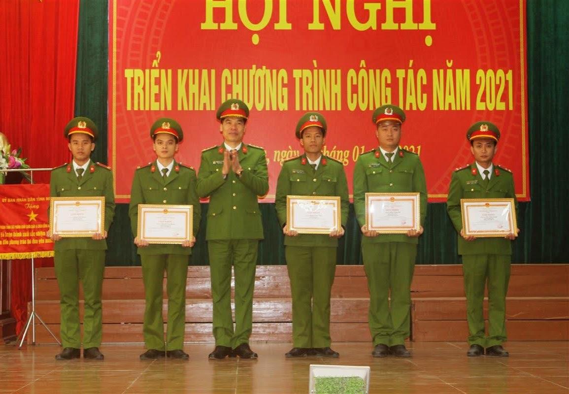 Tặng Giấy khen của Giám đốc Công an tỉnh cho các cá nhân có thành tích xuất sắc