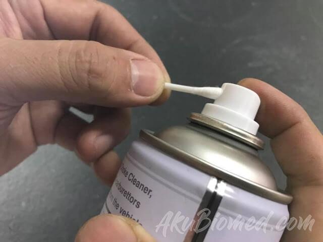 basahkan putih kapas dengan electronic contact cleaner