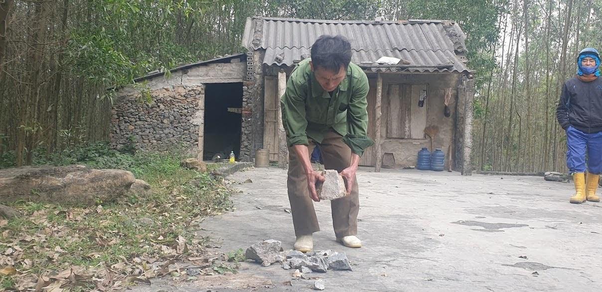 Người dân sinh sống cách vị trí nổ mìn 300m vẫn nhặt được rất nhiều đá văng vào vườn.