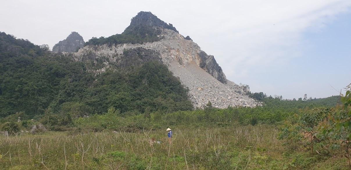 Dù phía dưới khu vực nổ mìn là đất sản xuất của người dân, phía Nhà máy Xi măng Tân Thắng vẫn cho nổ mìn, phá đá mở đường.