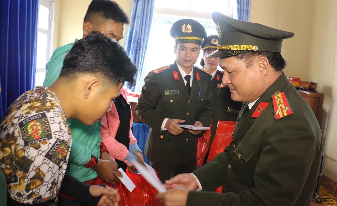 1.Đồng chí Đại tá Trần Thăng Long, Trưởng Phòng Hậu cần Công an tỉnh Nghệ An trao quà cho bà con nhân dân tại xã Thạch Ngàn, huyện Con Cuông