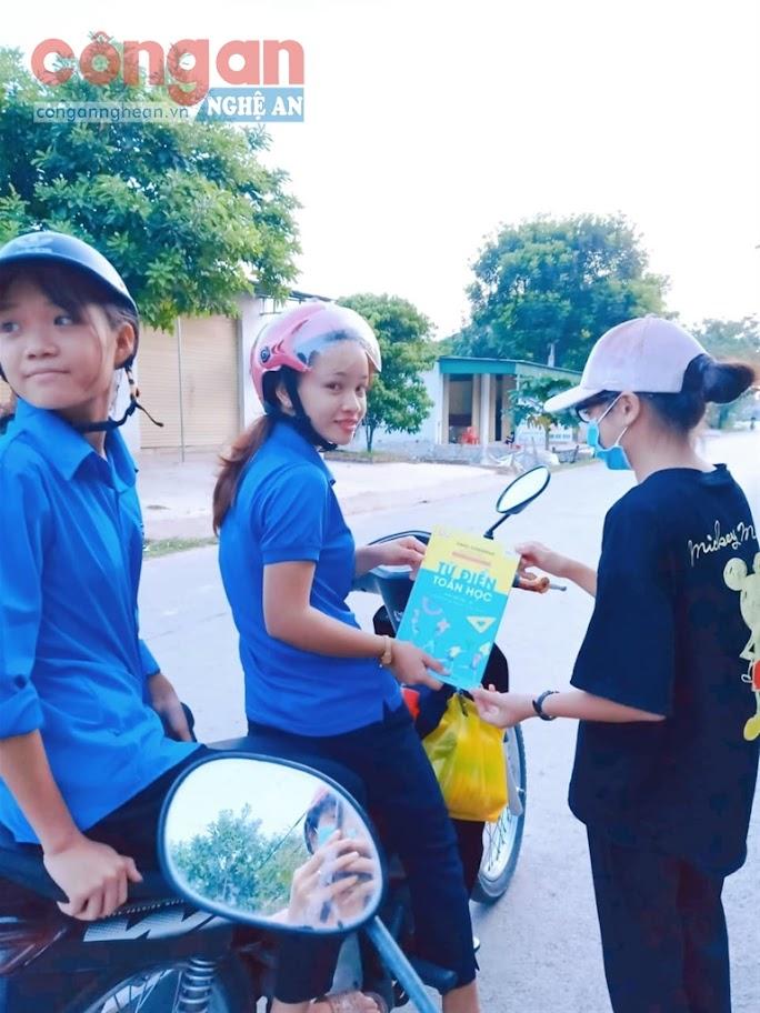 """Đoàn viên thanh niên xã Liên Thành,  huyện Yên Thành """"ship"""" sách giáo khoa  cho các em học sinh có hoàn cảnh  khó khăn trên địa bàn"""